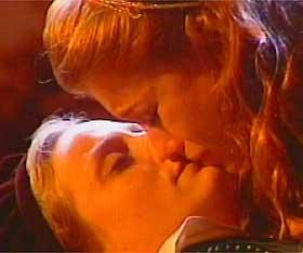 Ai ai ai.. pô, não precisava apelar! Olha que meigo.. as meninas se beijando.. legal que daqui a pouco vai passar 'Denis, o pimentinha'  na sessão da tarde!