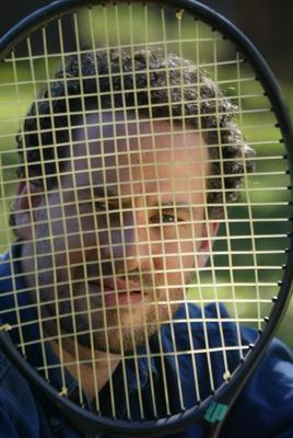 - Isso Dani, raquete de tênis pode!